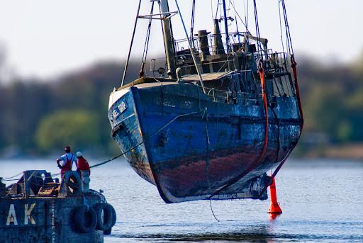 """Hebung der """"Vagel Grip"""" - im Volksmund als """"U-Boot"""" bekannt, nachdem es innerhalb eines Jahres zwei Mal sank"""