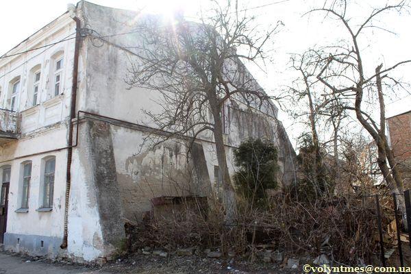 Пам'ятка поруч з будинком А.Сосновського