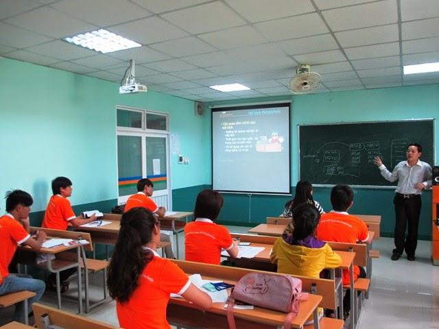 Tân sinh viên Cao đẳng thực hành FPT Polytechnic lắng nghe chia sẻ từ những đại diện của trường.