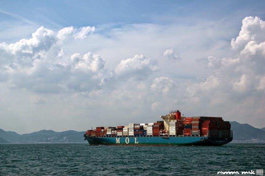 一硬一軟的貨輪與白雲