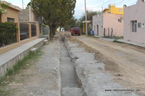 Introducción de agua potable en calle Cristóbal Enríquez en el Barrio del Aguacate