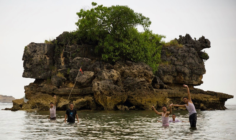 Berenang di Pantai Kondang Merak