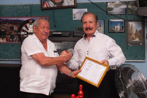 Entrega de reconocimiento a Leonel Garza González