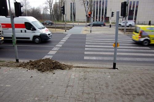 Wykonany jest już przejazd przez torowisko... ale po wschodniej stronie (w miejscu połączenia z istniejącą DDR) są bardzo duże zaległości - trzeba zniwelować pokaźną różnicę terenów