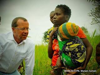 Martin Kobler, le chef de la Monusco en train de discuter avec une famille qui a fui la violence des miliciens à Pweto, province du Katanga. (Février 2013)