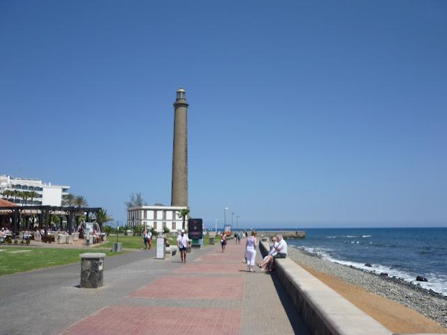 Der Leuchtturm von Maspalomas, an der Uferpromenade des Ortes.