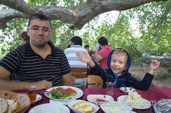 Bursa, Uludağ yolundaki tarihi İnkaya Çınarı'nda kahvaltı ederken