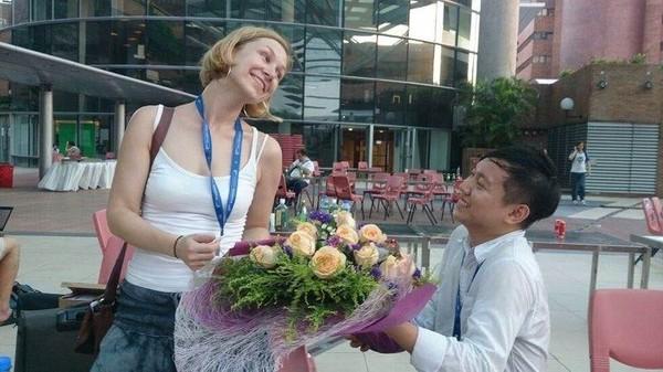 我用Jimbo不太想收的花束向維基德國分會同事「求婚」