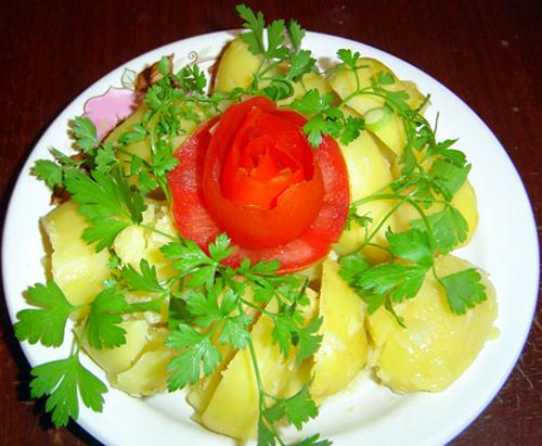 Роза из помидор для украшения блюд