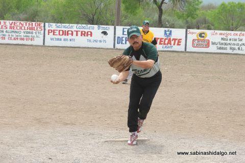 Nabor Soto de Perrones en el softbol del Club Sertoma