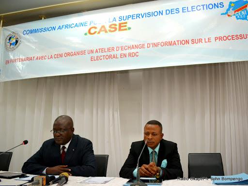 De gauche à droite ; Le Vice Président de la Ceni, André Mpungwe et Président de la commission pour la supervision des élections(Case), Simon Ngongo le 4/03/2015 à Kinshasa lors de la clôture d'un atelier de formation. Radio Okapi/Ph. John Bompengo