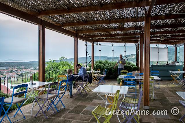 Cunda'nın tepesindeki Rahmi Koç Müzesi'nin cafe'si