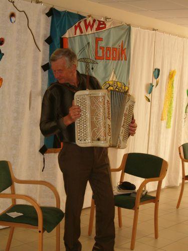 Willy heeft zijn accordeon nog eens afgestoft en brengt nog eens die leuke deuntjes uit de oude doos.