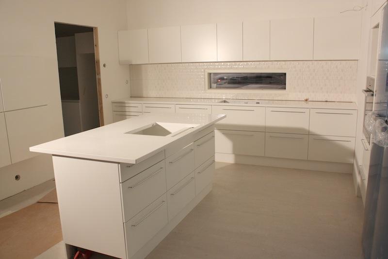 Kurkistus valmistuvaan keittiöön  Valkoinen Harmaja