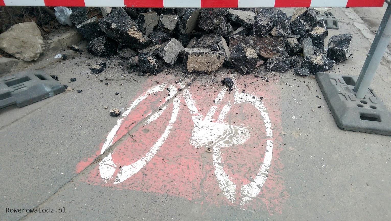 Zrywany jest stary asfalt na ciągu pieszo-rowerowym