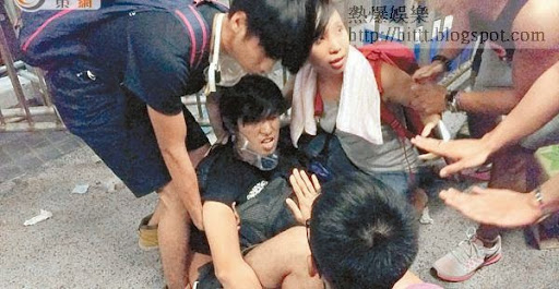 有示威者倒地表情痛苦。