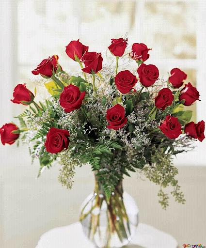 Lọ hoa hồng đẹp trên bàn người mình yêu