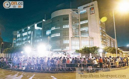將軍澳逾二百名示威者包圍壹傳媒總部,揚言要阻止今日出版的《蘋果日報》運離將軍澳。
