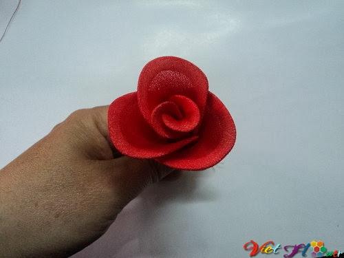 Cách làm hoa hồng nhung bằng vải voan (bước 13)