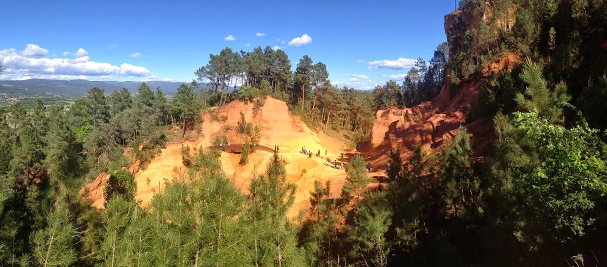 Охристые каньоны в городке Русийон, в заповеднике Luberon