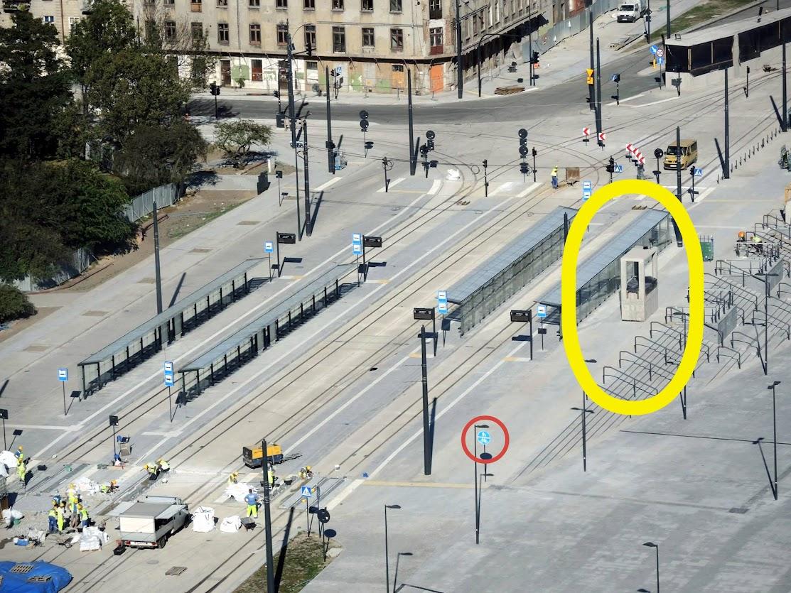 Kiedy już wjedziemy na tę przestrzeń i skierujemy się w stronę dworca, na skrzyżowaniu drogi pasażerów z tramwaju do pociągu i rowerzystów, jest wywietrznik z tunelu