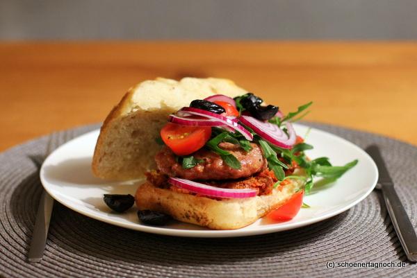 """The Italian"" Burger mit Salsiccia, Rucola und Tomatenpesto"