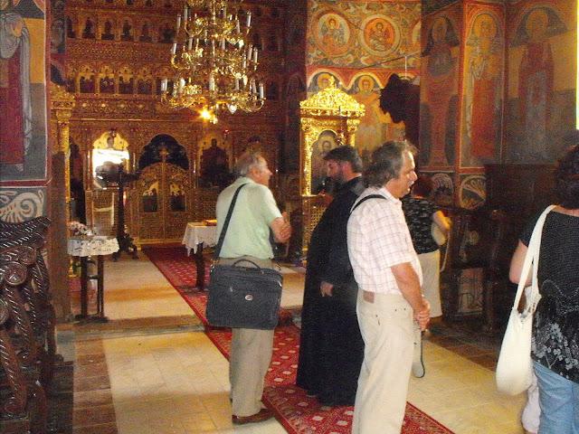 Ilyen a kolostor temploma belül.