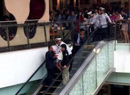 Kepala budak perempuan parah tersepit di eskalator