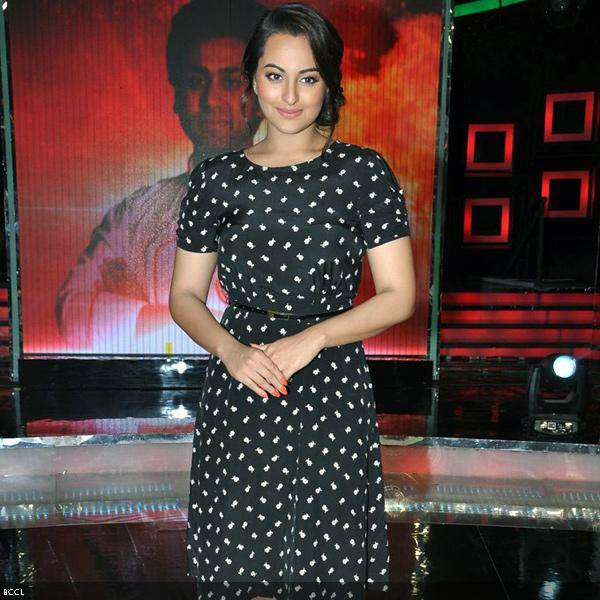 Beautiful Sonakshi Sinha during the grand finale of the cookery show Master Chef Season 3, held in Mumbai. (Pic: Viral Bhayani)<br />