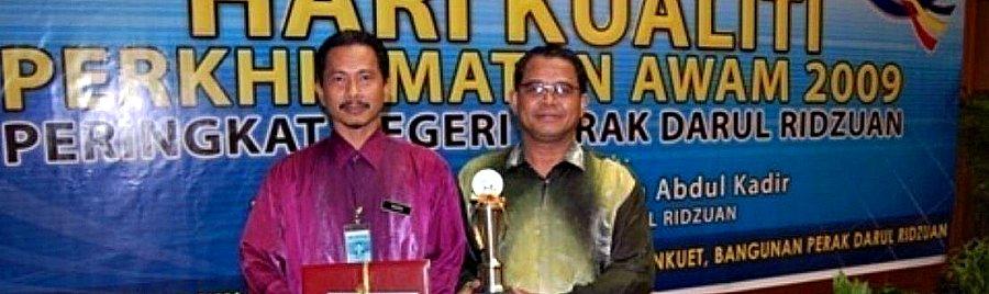 Bersama Pengarah IPG Kampus Ipoh Menerima Anugerah Inovasi 2009 Peringkat Negeri Perak