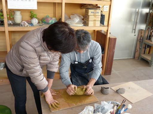 粘土を捏ねます