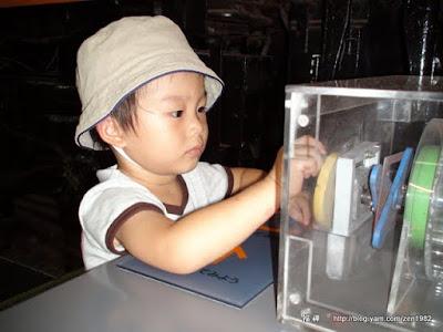 小朋友在玩車輪轉動原理