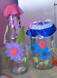 envases de vidrio decorados con flores de masa flexible o porcelana fria