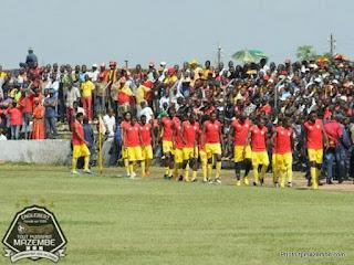 Les joueurs de Sanga Balende dans le stade Tshikisha avant leur match face à Mazembe le dimanche 12 mai 2013 à Mbuji-Mayi (Photo tpmazembe.com)