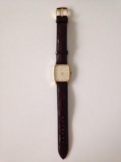 新しいベルトに交換した腕時計