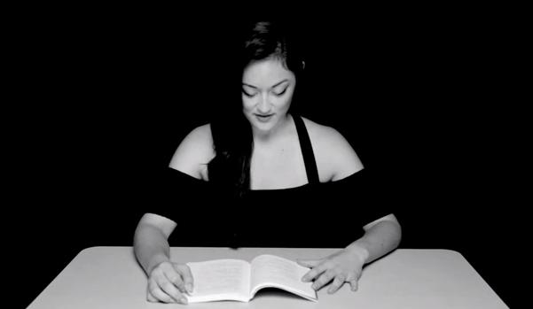 Актриса читает книгу, сидя на вибраторе (часть 2)