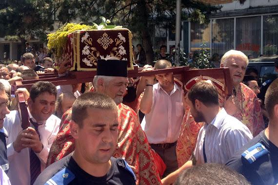 Racla cu moaştele sfântului Ioan cel Nou de la Suceava în procesiune prin centrul oraşului