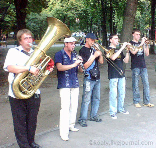 В трубы дуют трубачи