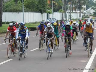 Des cyclistes congolais sur une avenue de Kinshasa le 12/05/2013, lors d'une séance d'entrainement. Radio Okapi/Ph. John Bompengo
