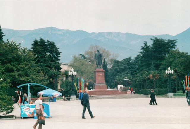 Ялта. Ленин на фоне гор.