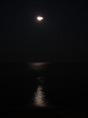 Mėnulis virš marių