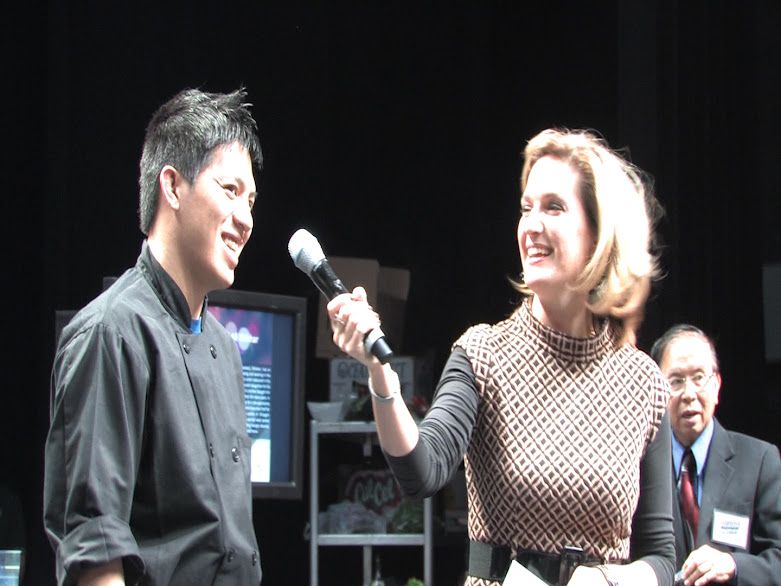 参赛厨师接受主持人采访