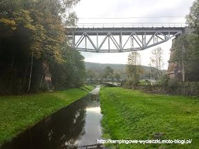 Na zdjeciu podwieszony most kolejowy nad Złotym Potokiem w Pokrzywnej. Polska