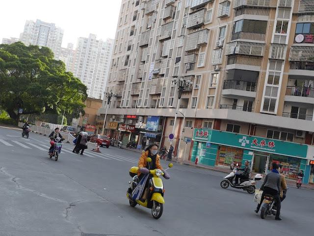 Intersection of Xinhua West Road and Zhongfa Road (新华西路钟法路) in Zhangzhou