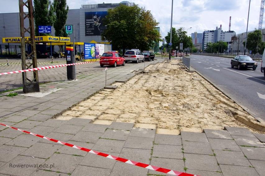 Płyty chodnikowe przy skrzyżowaniu z ul. Radwańska dopiero zdemontowane.