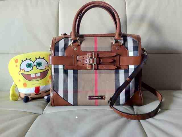 Satu beg tangan tak akan cukup  Burberry Medium Bridle House Check ... de8fd7a6b7854