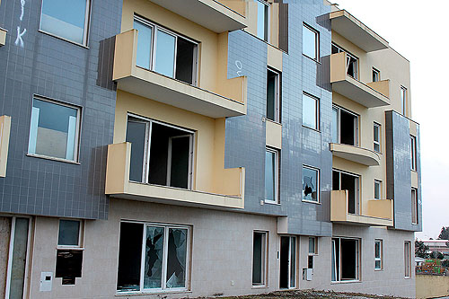 Os andares não foram concluídos por falência do construtor (foto Carina Duarte)