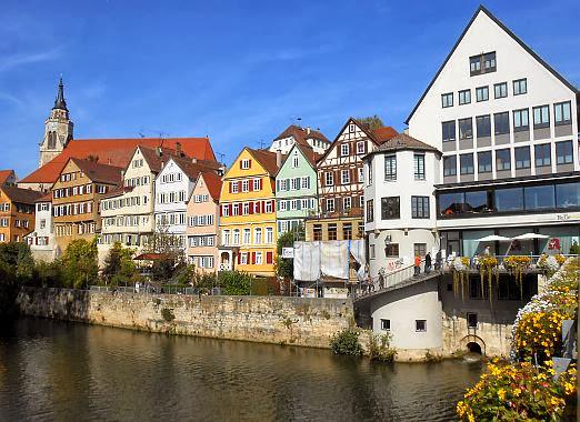 Blick von der Neckarbrücke in Tübingen Richtung Stiftskirche