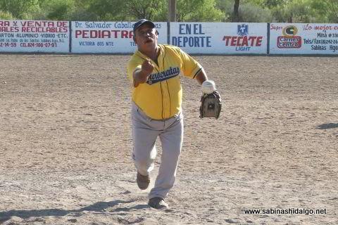 Gustavo Pérez lanzando por Japoneses C.M. en el softbol del Club Sertoma