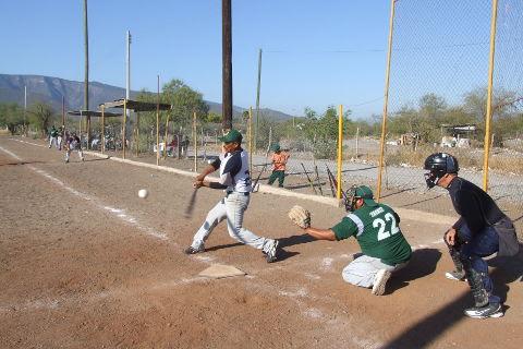 Mauro Limón de Yankees Yankees en el softbol del Club Sertoma